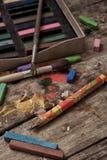 Färgmålarfärger, färgpennor och blyertspennor Fotografering för Bildbyråer