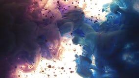 Färgmoln Färger tappade undervattens- Bubblor och färger som stiger i den tillbaka färgen, tappar