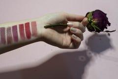Färgpalett av läppstift på din hand arkivbilder