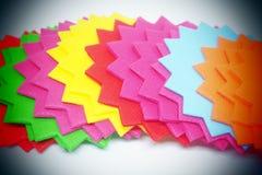 Färgpappersanmärkningar med designsnittet Arkivbilder