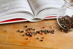 Färgpeeper och matlagningbok Royaltyfri Foto
