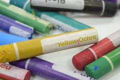 Färgpenna för gul ockra arkivfoton