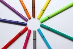 Färgpenna Hög med färgpennor som isoleras på vit bakgrund Färgbakgrundstextur, filt-penna aktivitet Barnskolagyckel tim arkivfoto