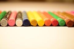 Färgpennor är på tabellen Arkivbild