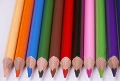 Färgpennor av olika färger Arkivfoto
