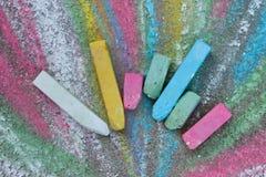 Färgpennor för att dra på trottoaren Royaltyfri Bild