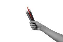 Färgpennor i barn för en handfull de röda stängerna är mer framstående än andra färger Visar skillnaden Arkivfoto