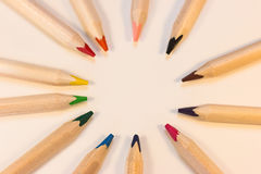 Färgpennor i en cirkel fotografering för bildbyråer