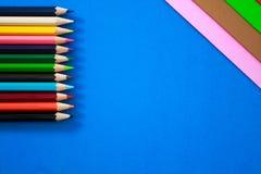 Färgpennor i olika färger Arkivfoto