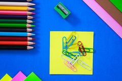 Färgpennor i olika färger Fotografering för Bildbyråer