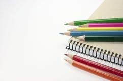 Färgpennor. Notepad. Arkivfoton