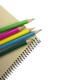 Färgpennor. Notepad. Royaltyfri Foto