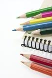 Färgpennor. Notepad. Arkivfoto