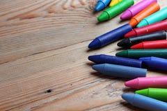 Färgpennor på en trätabell Royaltyfria Foton