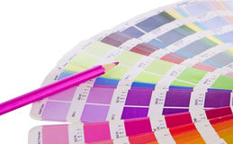 Färgprövkopior och rosa pensil Arkivbilder