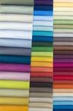 Färgprovkartor av färgrikt tyg Arkivbilder