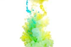 färgpulver Gulna, slösa, och gräsplanakryl färgar Färgpulver som virvlar runt i vatten illustrationen för fractals för explosione Royaltyfria Foton