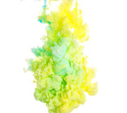 färgpulver Gulna, slösa, och gräsplanakryl färgar Färgpulver som virvlar runt i vatten illustrationen för fractals för explosione Arkivfoto