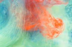 Färgpulver i vatten. royaltyfria bilder