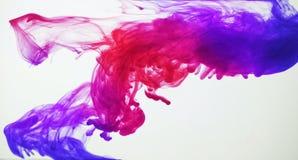 Färgpulver i vatten. Abstrakt bakgrund Arkivbilder