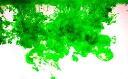 Färgpulver i vatten, färgabstraktion Arkivfoton