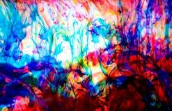 Färgpulver i vatten, färgabstraktion royaltyfri bild