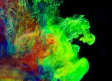 Färgpulver i vatten, färgabstraktion Arkivbilder