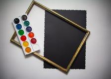 Färgpulver och borstar Arkivbilder