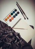 Färgpulver och borstar Fotografering för Bildbyråer