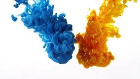 Färgpulver som virvlar runt i vatten, färgdroppe i vatten som fotograferas i rörelse royaltyfria foton