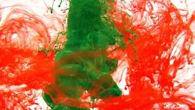 Färgpulver som virvlar runt i vatten, färgdroppe i vatten som fotograferas i rörelse royaltyfri foto
