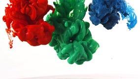 Färgpulver som virvlar runt i vatten, färgdroppe i vatten som fotograferas i rörelse royaltyfri bild