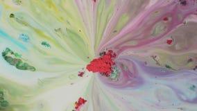Färgpulvermålarfärg blandas i vatten Närbilden av rött pulver i mitt absorberar färgrika utplåningar på yttersida av mjölkar lager videofilmer