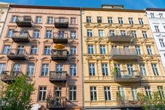 Färgrik återställd gammal bostads- konstruktion i Berlin Royaltyfria Bilder
