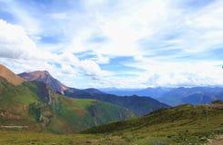 Färgrik åtskillig bergskedja under himlen royaltyfria bilder