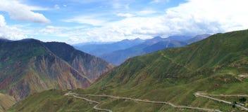Färgrik åtskillig bergskedja under himlen arkivbilder