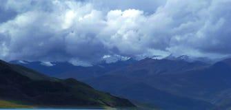 Färgrik åtskillig bergskedja under himlen royaltyfri bild