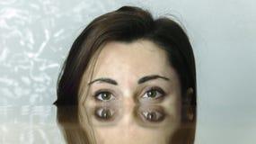 Färgrik ögonskugga på härliga en kvinnas framsida matchar en mångfärgad bakgrund Royaltyfri Foto