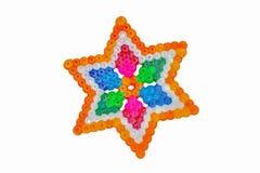 Färgrik abstrakt form av plast-pärlor som lappas av barnet Arkivbilder