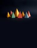 Färgrik abstrakt geometrisk form figurerar stilleben Rektangulär kub för tredimensionell pyramidprisma på svartblått Arkivbilder