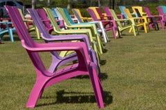 Färgrik Adirondack stol i en parkera Royaltyfri Foto