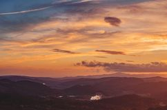 Färgrik afton över de tuscan kullarna arkivfoto