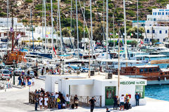 """Färgrik aktivitet på färjaporten ö av för den populära grekIos-â€en """", Cyclades Royaltyfri Bild"""