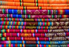 Färgrik Anderna textil i Otavalo, Ecuador arkivfoton