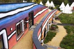 Färgrik arkitektur av arkitekten Friedensreich Hundertwasser Arkivbild