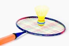 Färgrik badmintonracket och fjäderboll Arkivfoto