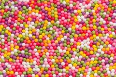 Färgrik bakgrund av mångfärgade söta godisdragees Dekorativ ferietextur av spridda runda chokladkonfektar arkivfoton