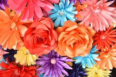 Färgrik bakgrund för konstgjord blomma: Härligt färgrikt handgjort av designen för den pappers- blomman för bakgrund, dekorerar t royaltyfri bild