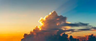 Färgrik bakgrund för för panoramaskymninghimmel och moln fotografering för bildbyråer