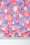 Färgrik bakgrund för pappers- blommor Blom- bakgrund med handgjorda rosor för bröllopdag eller födelsedag Royaltyfri Foto
